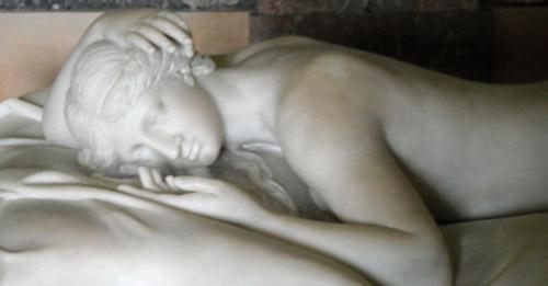 sculture d'une femme dormant